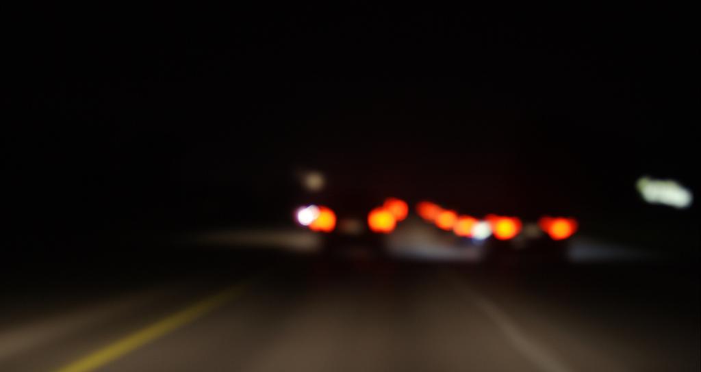 夜の道路 テールランプ